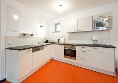 Küche mit Ofen und Spülmaschine