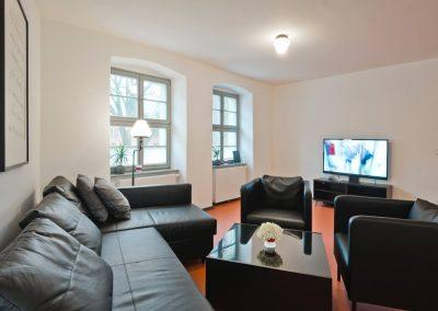 Wohnbereich mit großem Sofa und Fernhseher